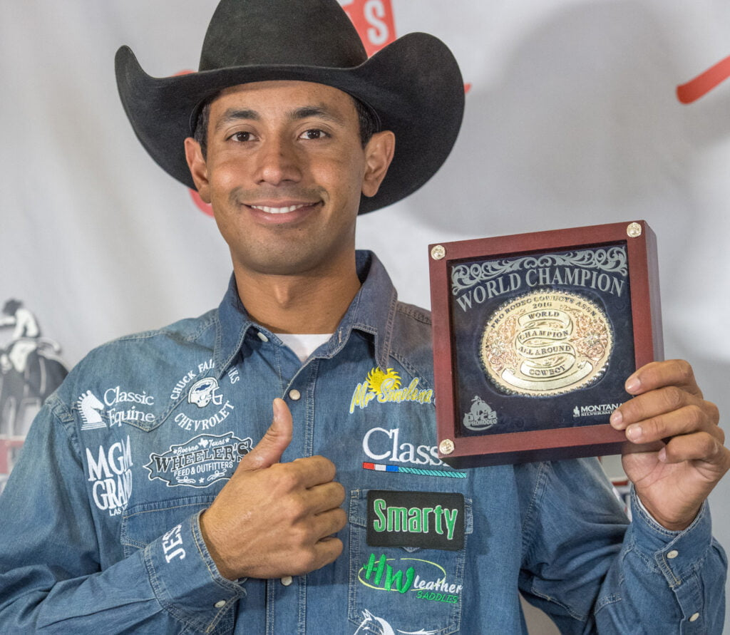Junior Nogueira, com a fivela do All-Around da PRCA em 2016, fivelas